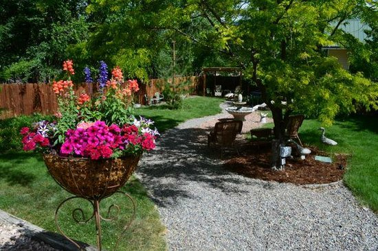 Rocky Mountain Inn: Beautiful courtyard with lots of places to relax, read, photograph.