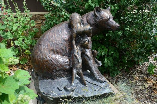 Rocky Mountain Inn: Beautiful sculptures.