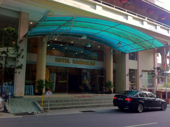 Hotel Sandakan: The main entrance to the lobby
