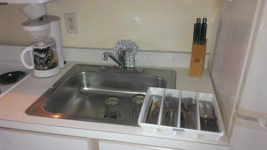 Atlantica Oceanfront Resort: Dirty Dishes in Sink