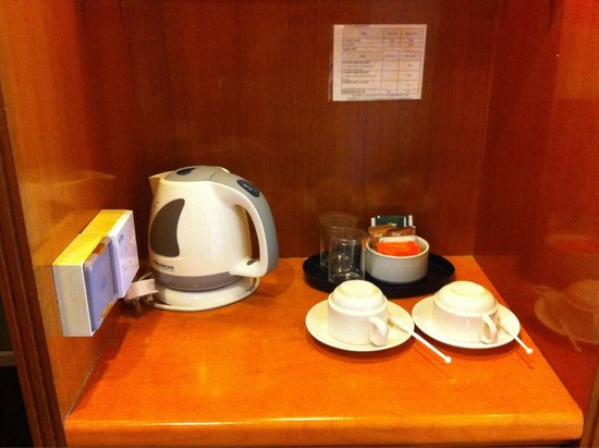 Hotel Sandakan : Coffee/tea making facility