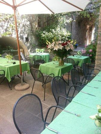 La Fête en Provence : cour de l'hôtel restaurant