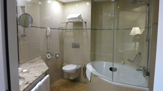 Grand Hotel Bohemia: spacious bathrrom with...