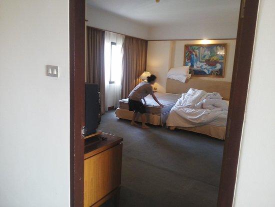 Pantip Suites Sathorn : ベッドメイキング中