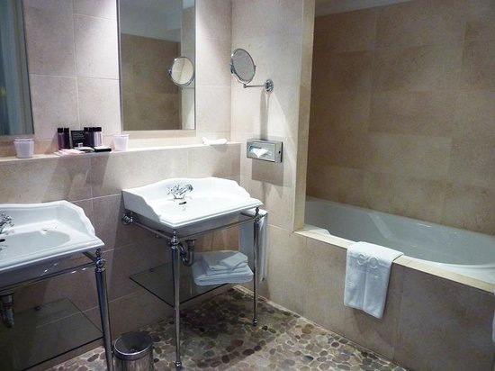 Hotel Cour du Corbeau Strasbourg - MGallery Collection: baño hab superior