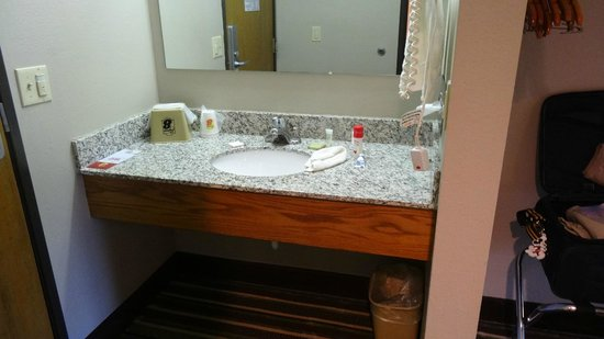 Super 8 Plymouth: Sink area