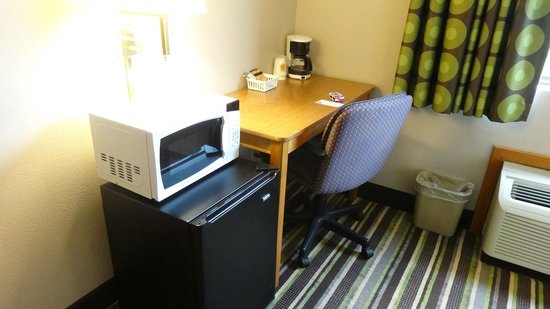 Super 8 Plymouth: Desk and microwave