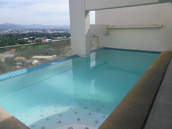 Cityscape Hotel : 最上階にある小さなプール