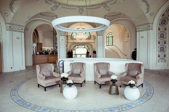 le grand hall picture of hotel royal evian resort neuvecelle tripadvisor. Black Bedroom Furniture Sets. Home Design Ideas