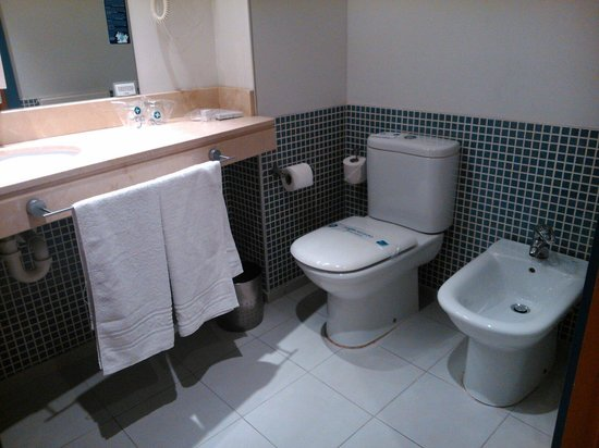 Murrieta Hotel: Baño completo, con bañera, gorro de ducha, peine, pañuelos, secador y dosificador de jabón