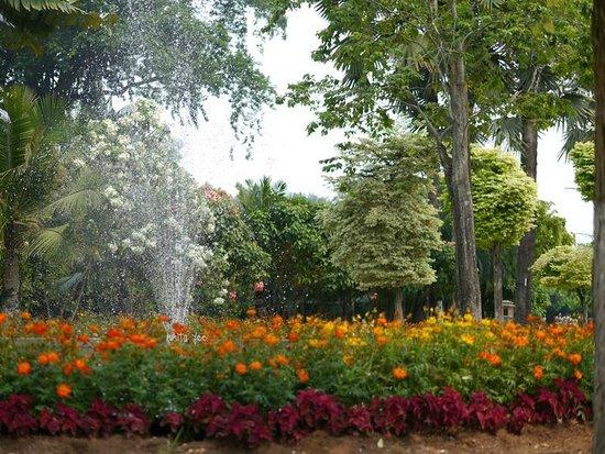 Les jardins du lac : Nice landscaped garden