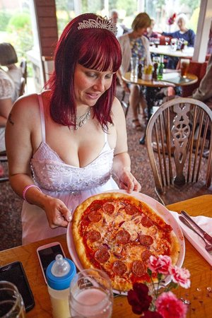 Fylingdales Inn: pizza