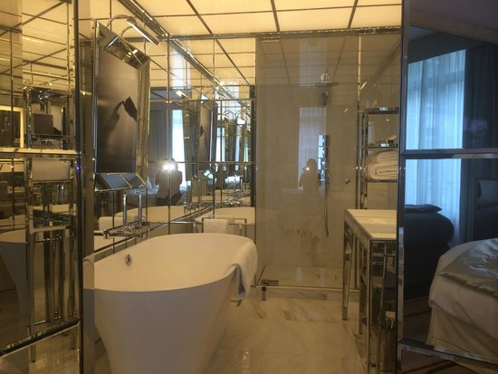 Le Royal Monceau-Raffles Paris : Bathroom - love it!! All glass and mirrors