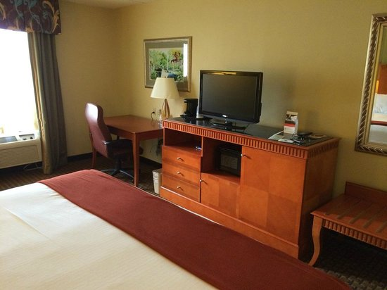 Holiday Inn Express Hotel & Suites Charlotte Airport-Belmont: Desk & TV