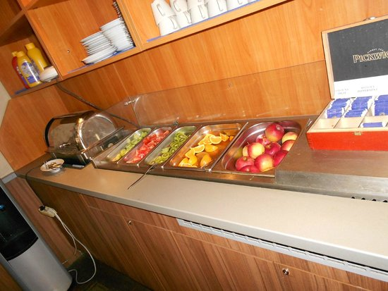 Novomestsky Hotel: Fresh veg. & fruit for breakfast