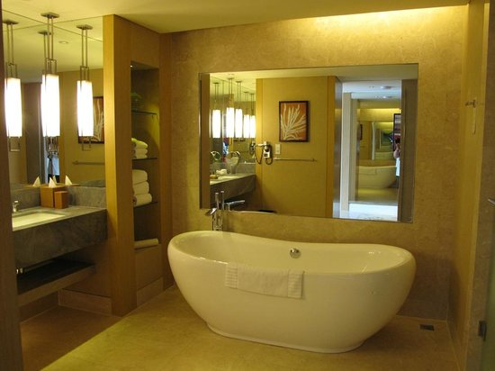 Marina Bay Sands: bathroom in our suite