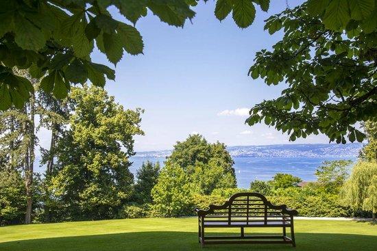 Hotel Royal - Evian Resort : L'Hôtel Royal est situé au coeur d'un parc de 19 hectares peuplé d'arbres centenaires