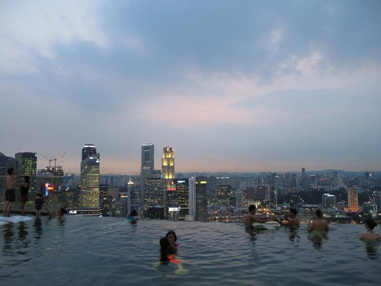 Marina Bay Sands : evening view from the infinity pool
