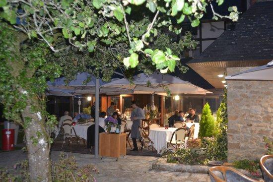 Le Manoir du Lys : Le repas du soir au jardin