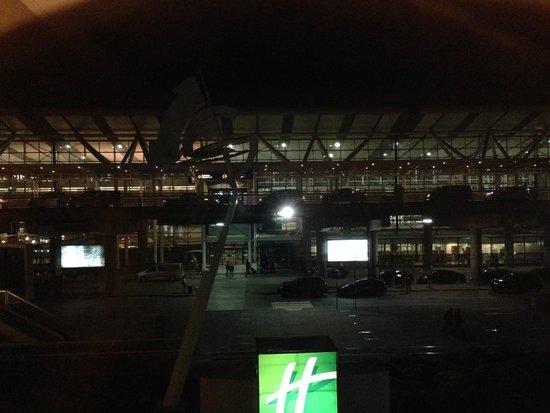 Holiday Inn Santiago Airport: Vista nocturna de la habitación al check in del aeropuerto