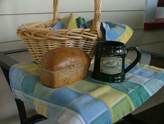 Hillcrest Hide-Away Bed and Breakfast: Home Made Bread Basket delivered each morning