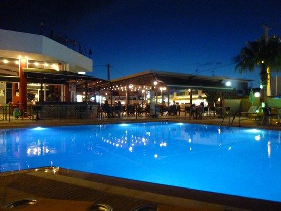 Hotel Palladion : piscine de nuit