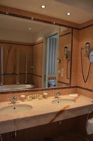 Hotel Paris Prague: sinks/tub & shower in background