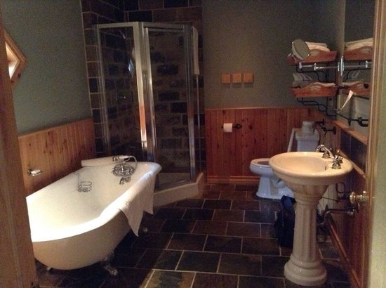 Buffalo Mountain Lodge: The claw foot bathtub was long enough for a comfy soak.  I am 5'9 so that was wonderful!