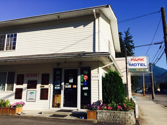 Park Motel: Unassuming exterior but clean comfortable rooms and friendly owners!
