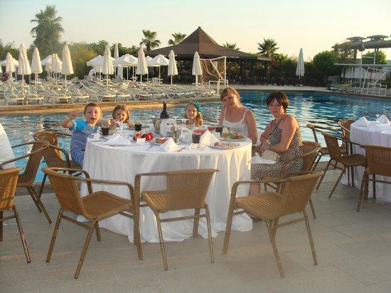 Vera Mare Resort: Ужин у бассейна