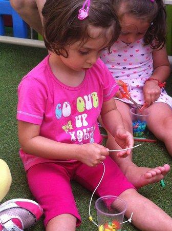 Hotel Milord : La mia bimba che crea collane con le cannucce