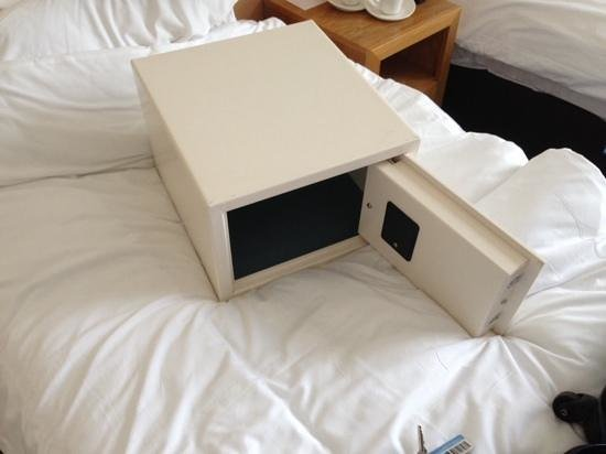 Cavendish Hotel: you can take the security box for a walk with you!!!!