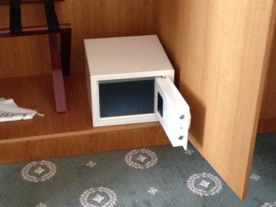 Cavendish Hotel: unattached safety deposit box.