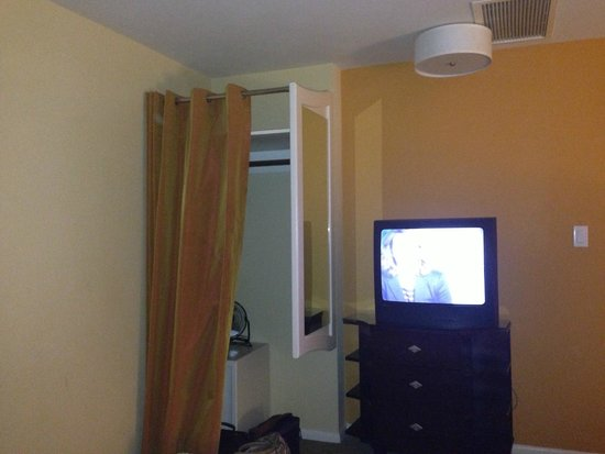 Wine Valley Inn & Cottages: Closet and TV does not match what we saw on website
