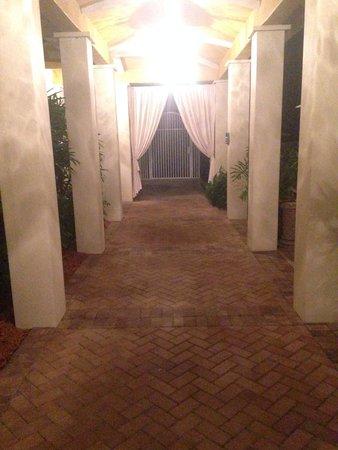 LaPlaya Beach & Golf Resort, A Noble House Resort: Bay tower pathway