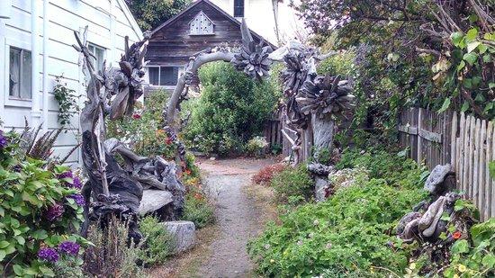 Sea Gull Inn Bed and Breakfast : Driftwood Sculpture Garden