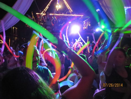 Barco Pirata Jolly Roger Cancún: Dance party after w/ balloons