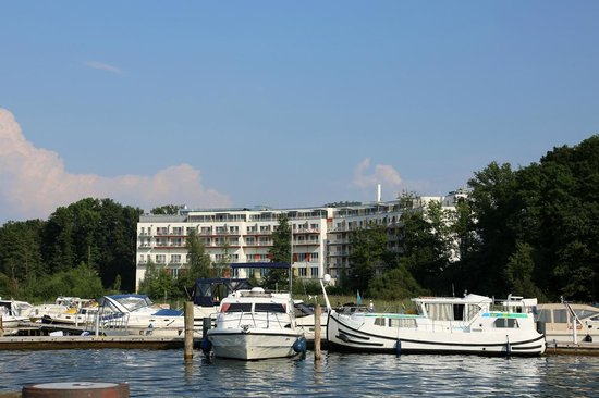 TUI BLUE Fleesensee: Hotel vom Hafen her gesehen