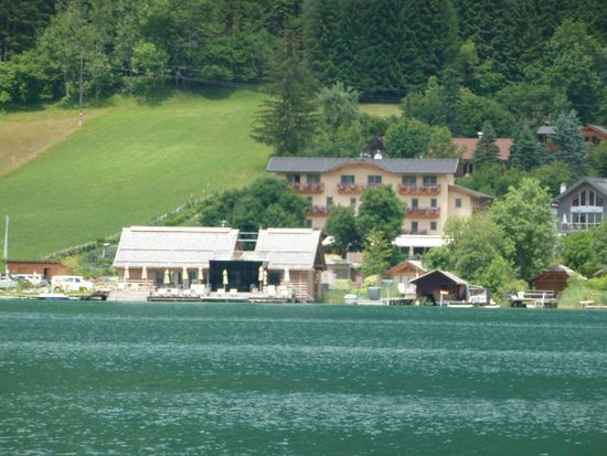 Bio-Vitalhotel Weissenseerhof: vom anderen Ufer aus