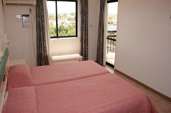 Seagull Apartments: Спальня в апартаментах с 1 спальней (справа-выход на балкон)