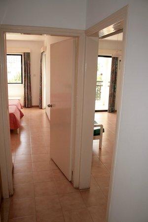 Seagull Apartments: Апартаменты с 1 спальней - вид из прихожей на 2 комнаты с 2 дверями