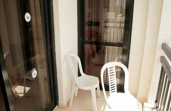 Seagull Apartments: Балкон с дверями в обе комнаты (спальню и гостиную)