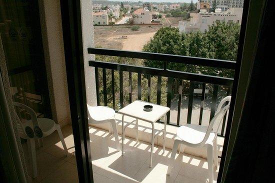 Seagull Apartments: Вид с балкона (обратная сторона от моря)