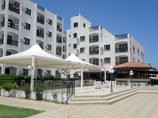 Seagull Apartments: Вид на отель со стороны бассейна