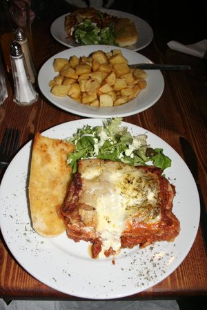 Dobbins Inn Hotel : Lasagna, garlic bread, side salad, Garlic potatoes.