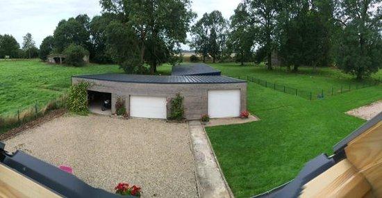 Le Blockhaus de Domleger: côté jardin avec garage pour les motos