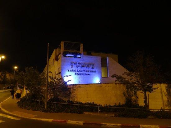 Yitzhak Rabin Guest House: Вечерний вид Хостеля