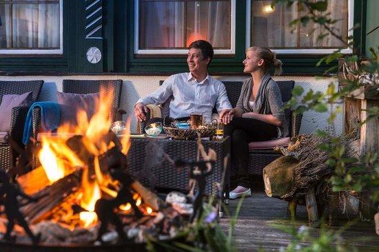 Vital - Hotel Zum Ritter: Romantisches Paar bei Lagerfeuer