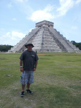 Templo de Kukulkán: June 24th 2014 Long day, but very interresting. Raymundo and Jesus from XPLOR made this trip so