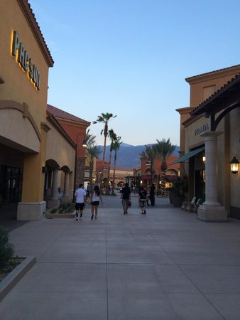 Desert Hills Premium Outlets : Outlet before sunset